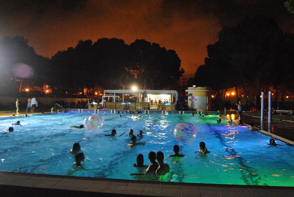 Piscinas nocturnas en valencia piscina del parque del for Benicalap piscina
