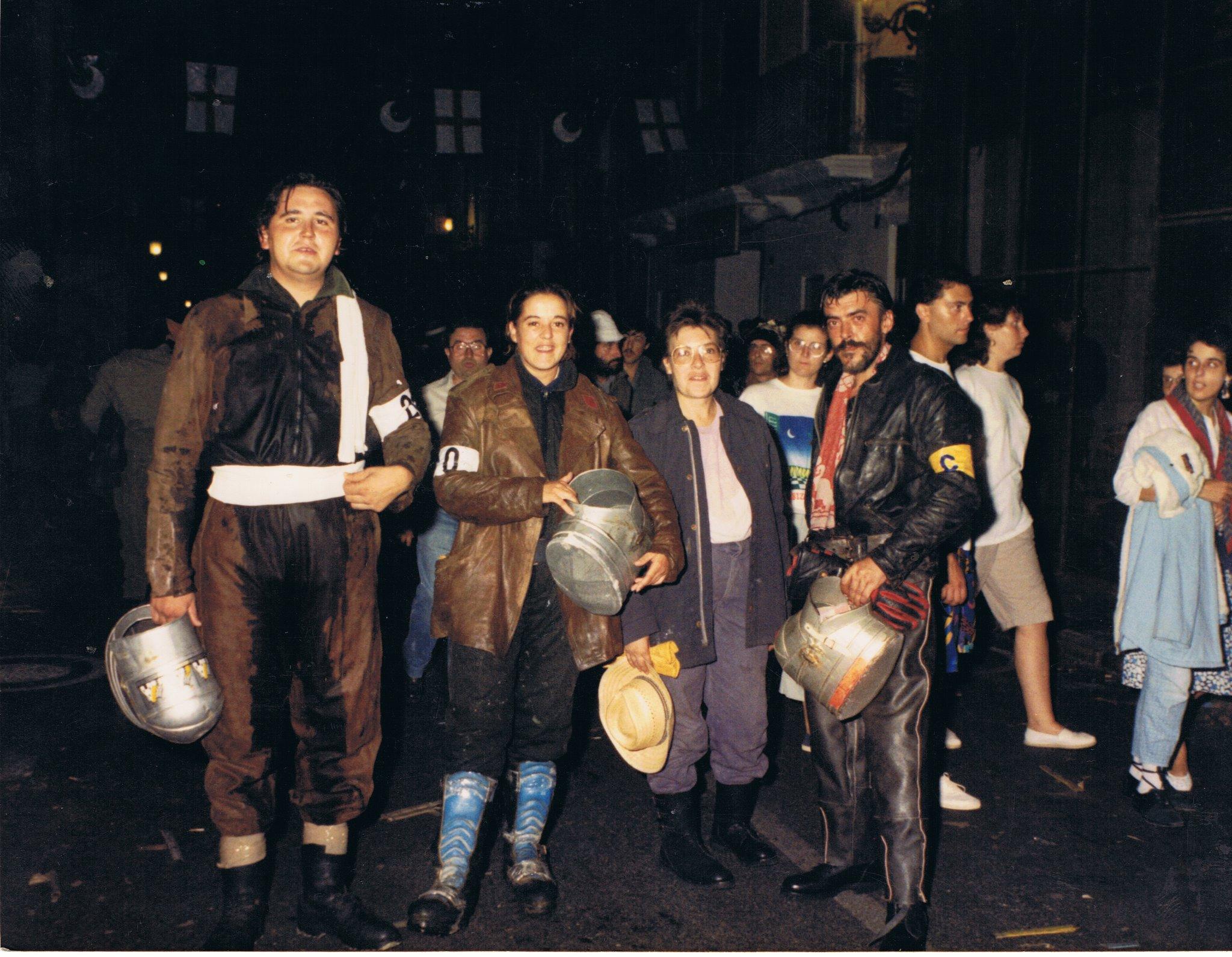 """""""Geles"""", fue la primera cuetera en Paterna. En la foto aparece la segunda por la izquierda junto a vecinos de la misma localidad. Fuente: Paternateca"""