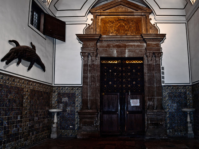 """Atrio donde se expone """"El Dragón del Patriarca""""."""