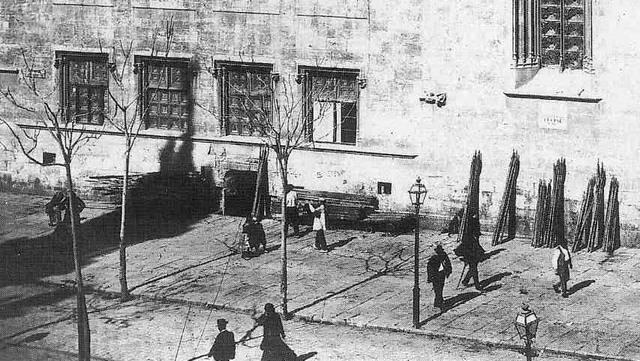 La Lonja, 1909, en la que se ve como están guardando los trastos del mercado.