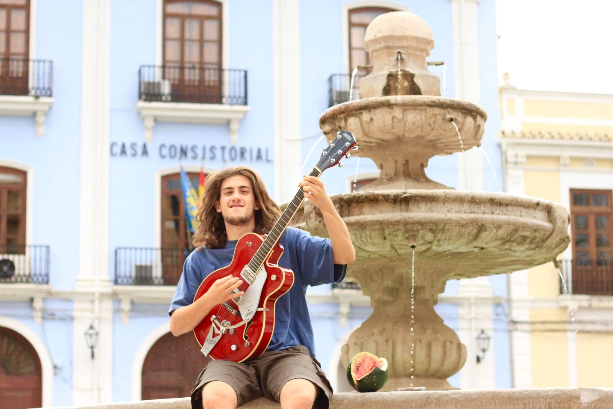 Borja Catanesi tocando en la plaza mayor de Chelva.