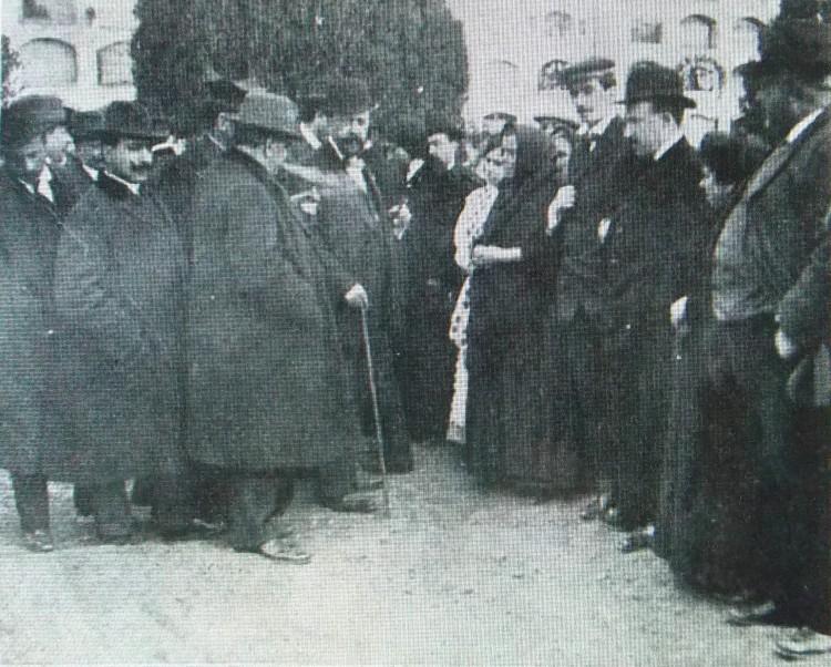 Caso Conchita Ramírez. El juez tomando declaración en el cementerio. 1913. A. P. R. S. (Archivo Privado Rafael Solaz).