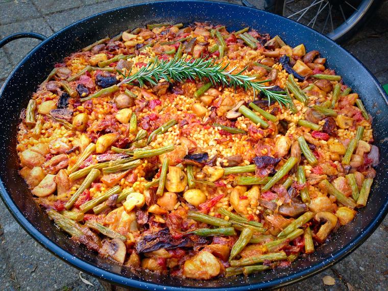 arroz-en-paella-con-pollo-y-setas