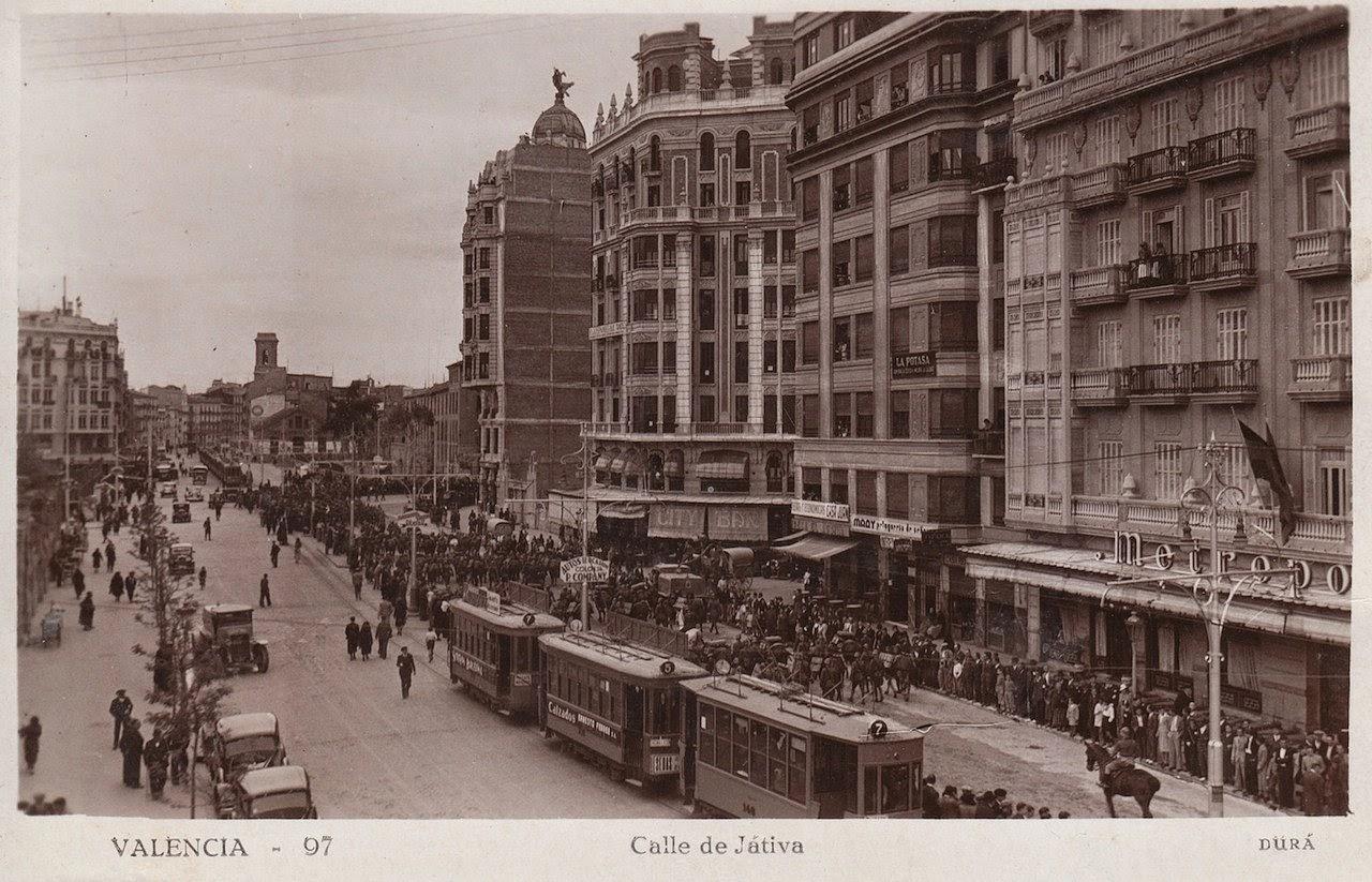 A la derecha, el Metropol. Fuente: comercioshistoricosdevalencia.blogspot