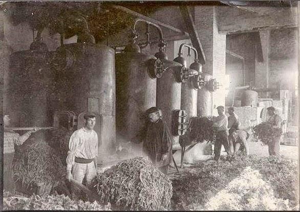 Caldereros de la fábrica de Robillard. Fuente: comercioshistoricosdevalencia.blogspot