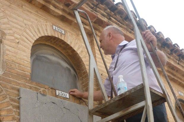 Don Rafael Solaz junto al nicho 1501. Fuente: jotamasjota.com
