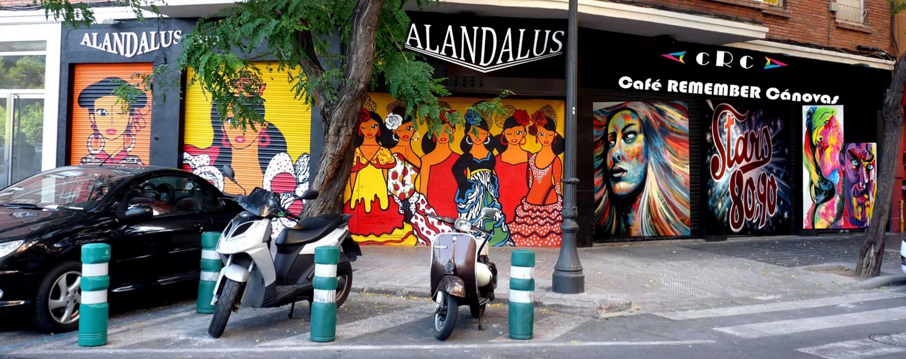 Conde Altea 62 esquina Av. Jacinto Benavente, pintadas en las persianas de un Pub que ahora se llama Café Remember Cánovas y que también dispone dentro. Fotos cedidas por Montserrat Rivaya Carol.