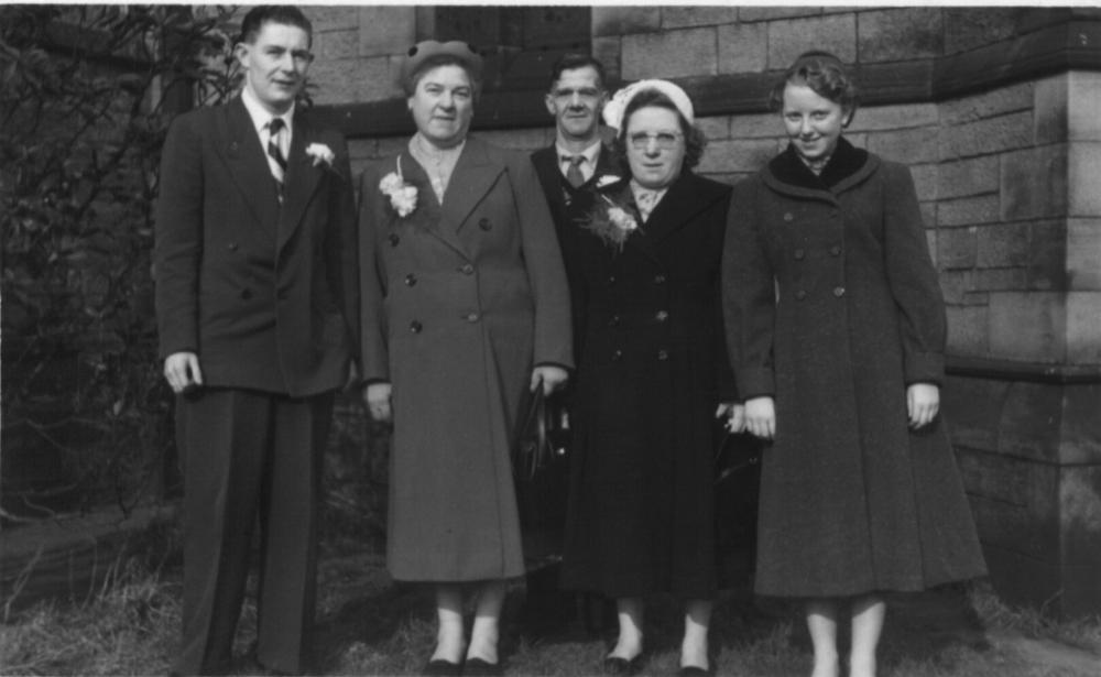Foto de wiganworld.co.uk. En el centro de la imagen se ve a Albert Hindley en el año 1957, en la boda de su hijo Allan, a la izquierda de la imagen. Albert murió de un ataque al corazón durante sus vacaciones en Valencia en 1962 a los 70 años .