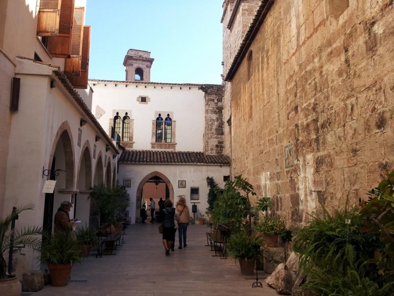 Patio de San Juan del Hospital. Fuente: vinowine.es