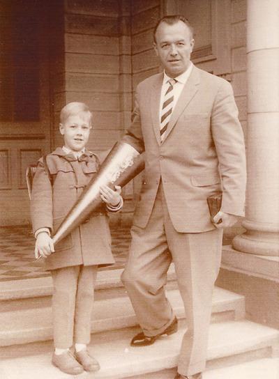 Foto de Heim y su hijo, a la puerta del colegio, en 1961, en una foto inédita. Fuente: elpais.com/diario