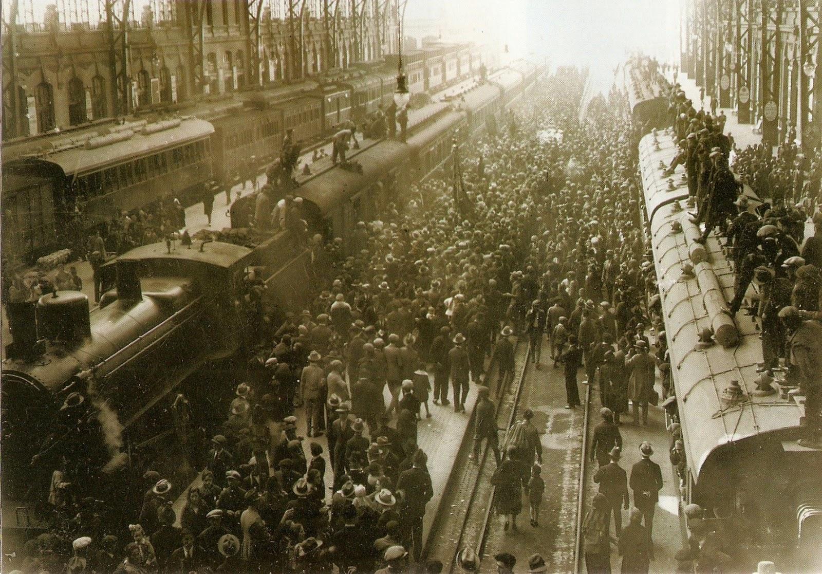 Foto del 18 de Marzo de 1927 en la Estación del Norte con la llegada del primer tren fallero. Fuente: http://juanansoler.blogspot.com.es/
