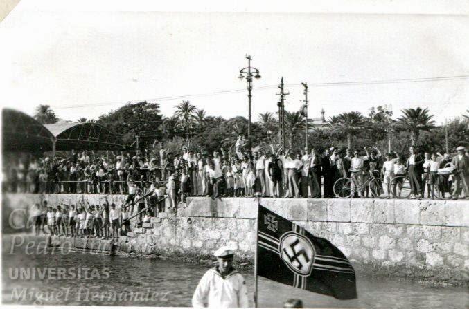 Año 1936 - Marines nazis son recibidos por los alicantinos con el puño en alto. Llegada de un barco alemán a Alicante al principio de la Guerra (1936).