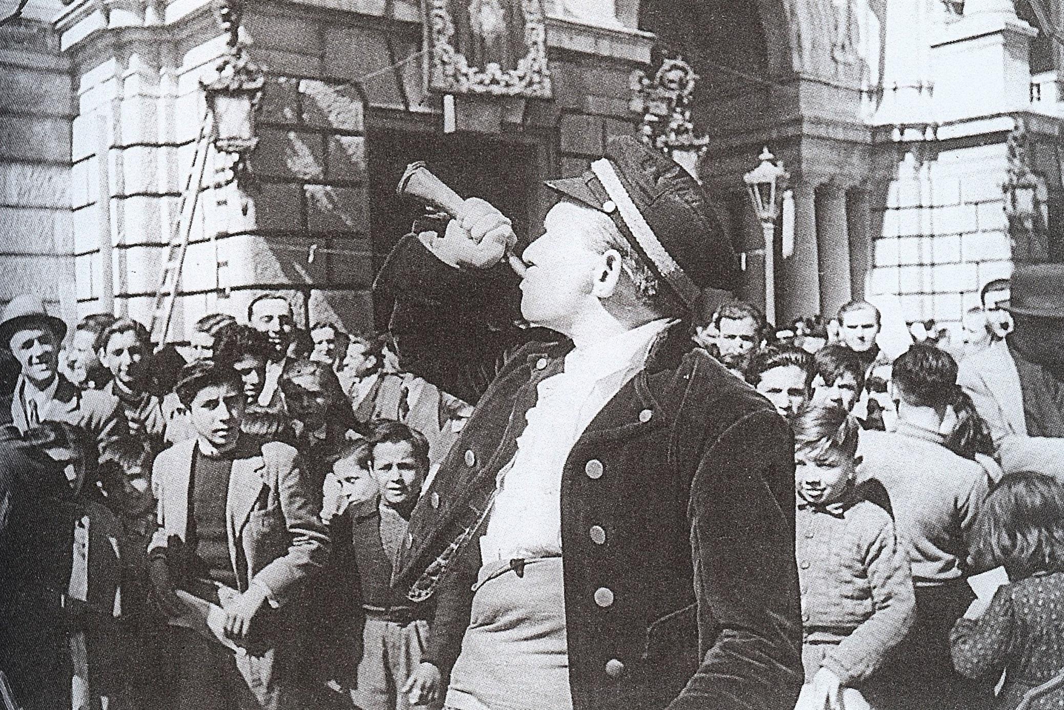 Foto del pregonero en la Cridà de 1944. Fuente: www.skyscrapercity.com (Remember Valencia)