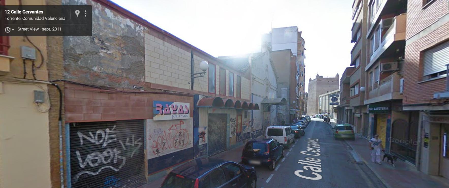 """Sala Cervantes en la actualidad, donde puede verse todavía el cartel de la discoteca """"Rayas""""."""