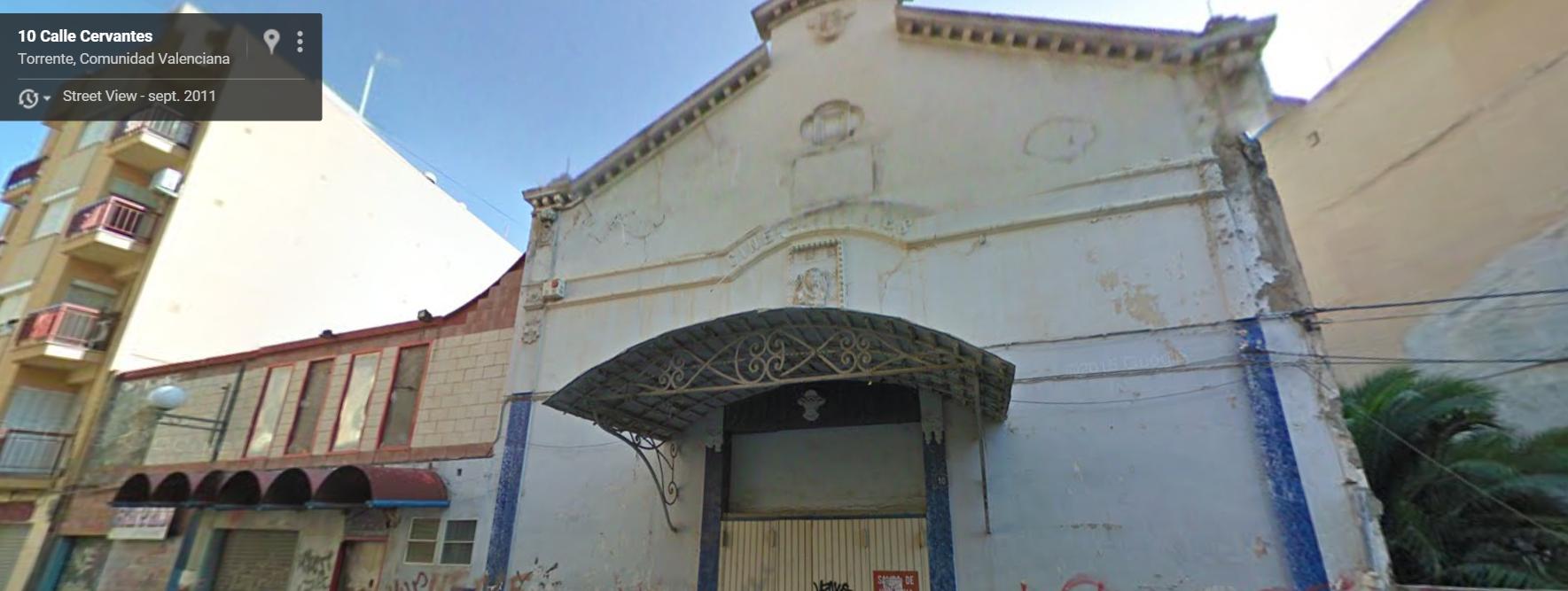 Fachada del Cervantes en la actualidad (de hace unos años, ahora está más ruinosa si cabe). Fuente: Google Street View.