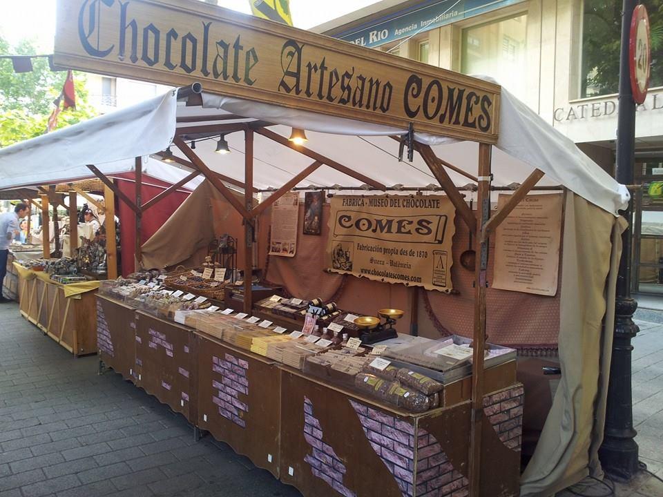 Puesto de Chocolate Comes en un mercado medieval.