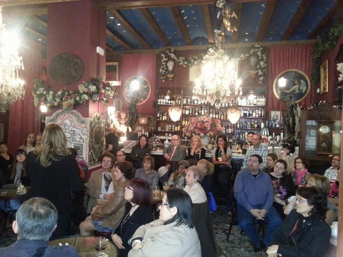 Imagen durante una charla sobre el Santo Grial. Fuente: Café de Las Horas.