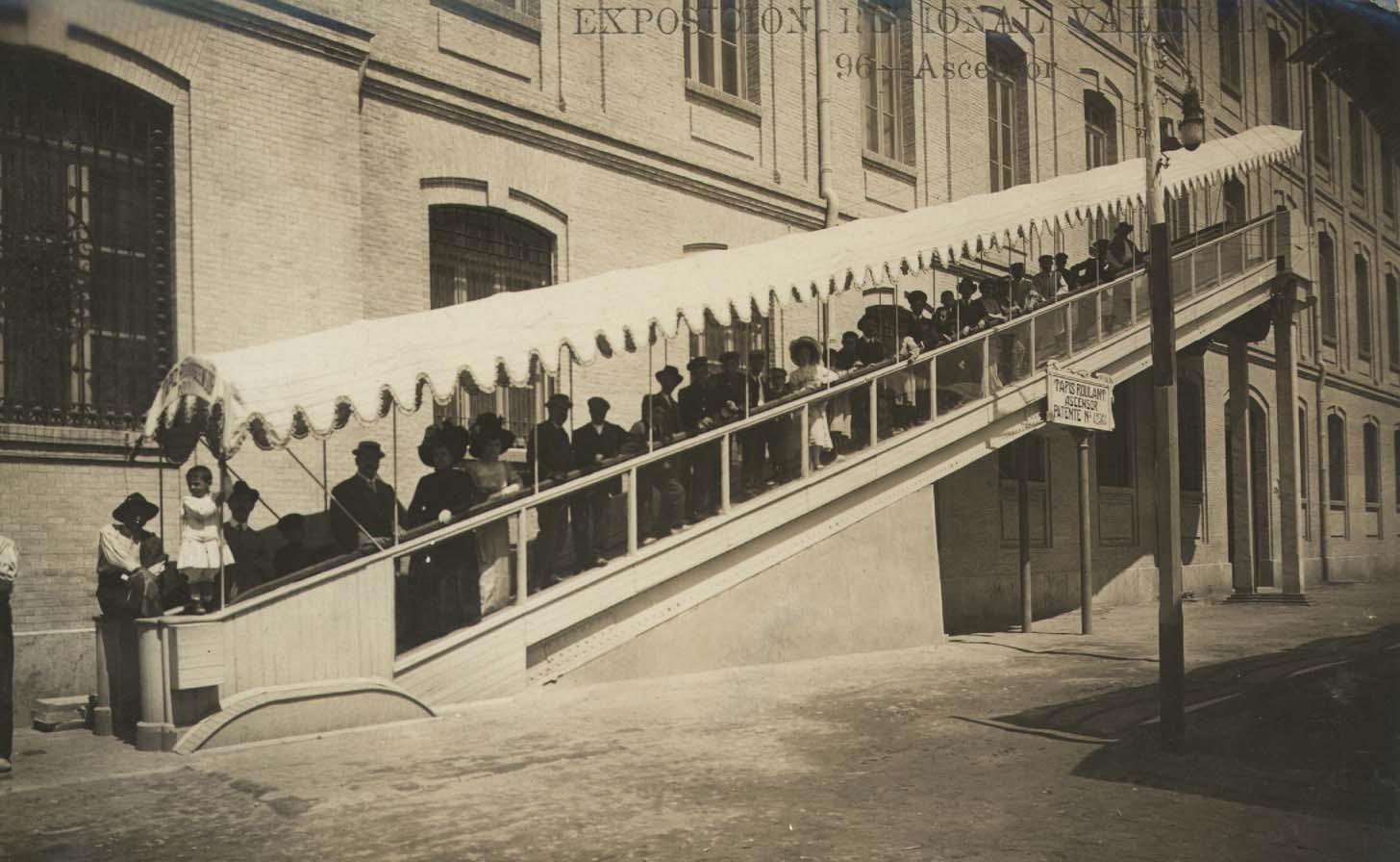Exposición Regional Valenciana 1909,  Valencia. Título: Ascensor. Publicación/foto obra de: Andrés Fabert, [s.a.]. Fuente: http://bivaldi.gva.es/