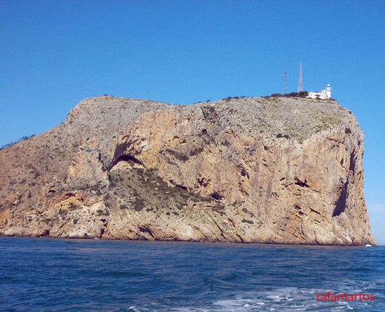 Faro Islote de Benidorm. Fuente:  Rafa Martos - http://blogs.comunitatvalenciana.com/buceo/files/2015/07/DSCN3586-550x446.jpg