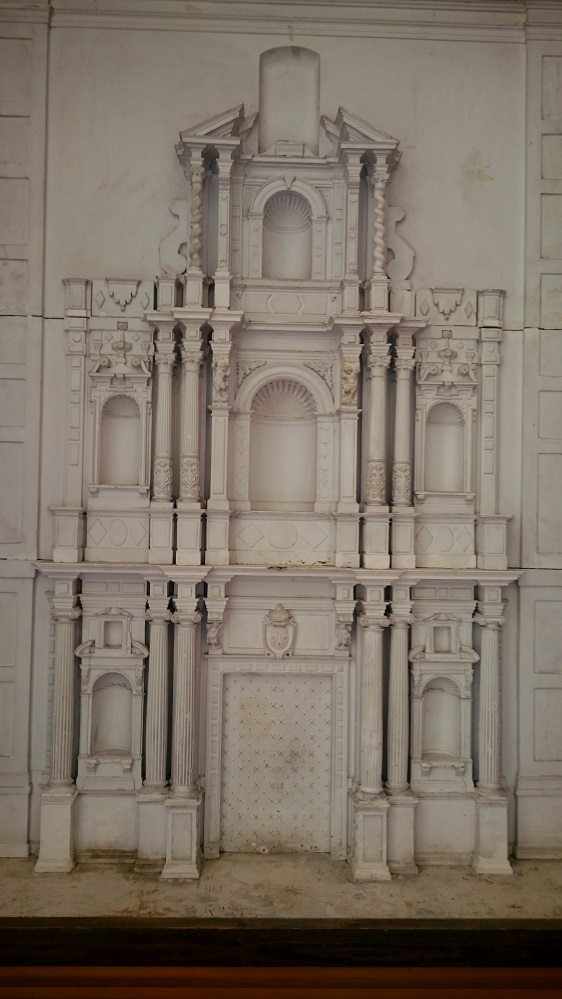 Fachada de la iglesia en miniatura.