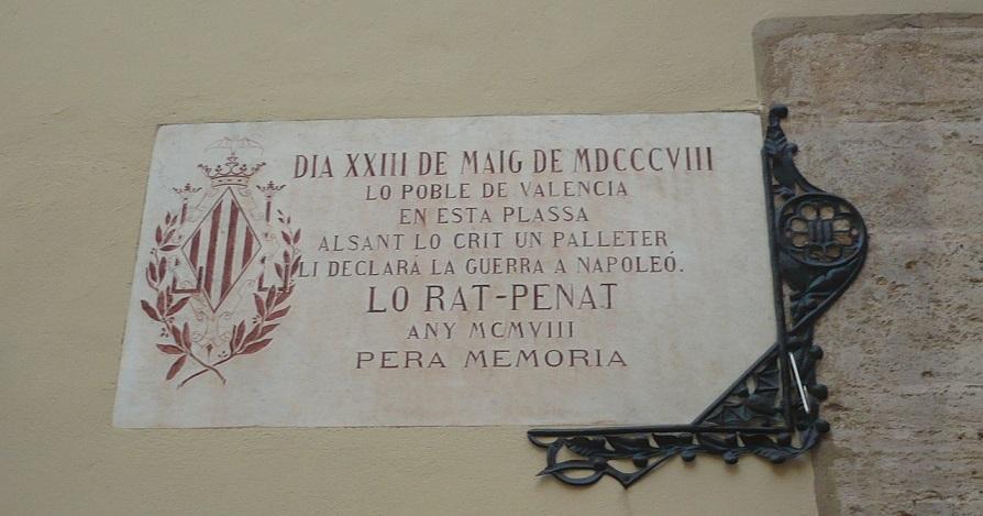 Rotulo en honor de Vicente Domenech el Palleter en la parte posterior de la Lonja. Imagen de dominio público.