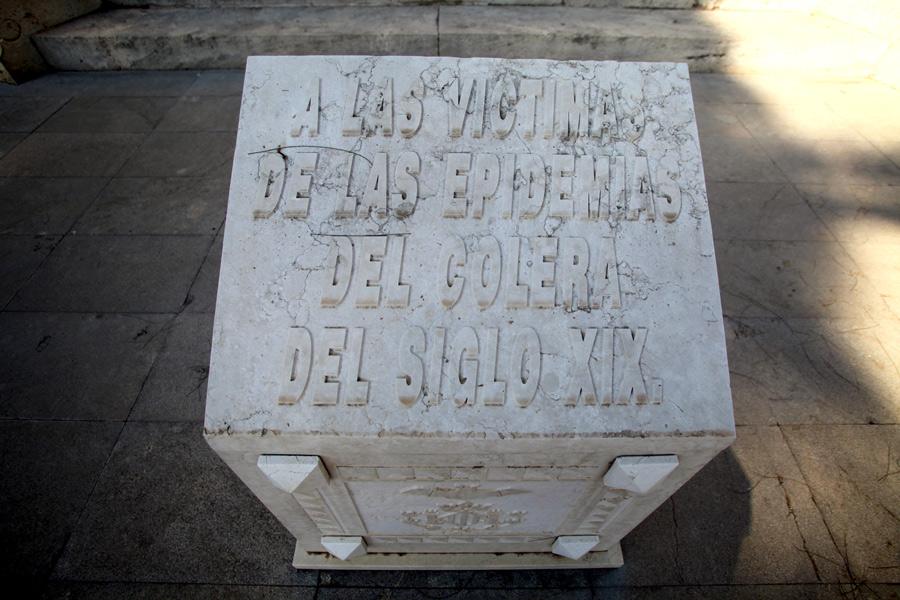 Placa conmemorativa bajo la Gran Cruz del Cólera. Fuente: museodelsilencio.com