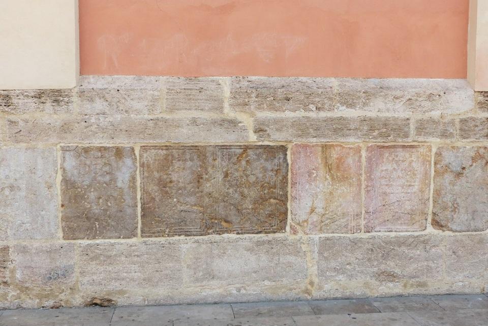 Lápidas que pueden verse en la fachada que da a la plaza de la Virgen en la Basílica. Fuente: http://callejeandoporvalencia.blogspot.com.es/